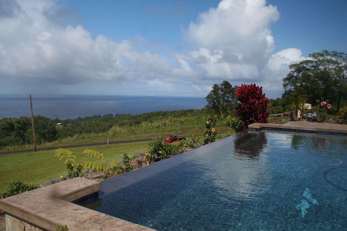 Infinity pool with view of ocean - Kona Hawaii
